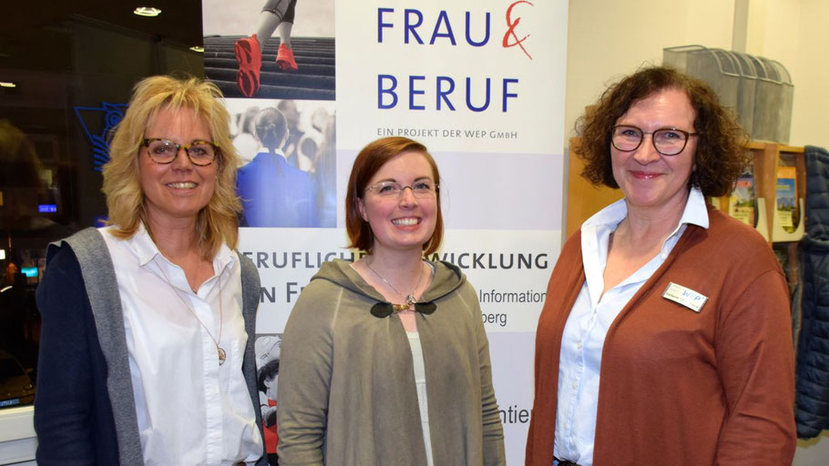 Quickborns Gleichstellungsbeauftragte Hannah Gleisner (Mitte) freut sich, dass Brigitte Pisall (l.) und Stefanie Oeverdieck in der Eulenstadt Frauen beraten