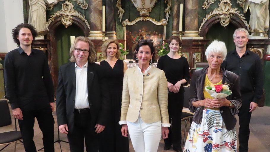 Kantor Oliver Schmidt, Ute Pfestorf und Spenderin Karen Loose (vorne) freuten sich über den Auftritt des NDR Elbphilharmonie Orchesters mit Julius Beck, Barbara Gruszczynska, Alla Rutter und Sebastian Gaede (hinten, v.l.)