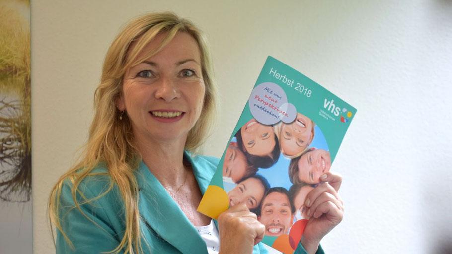 VHS-Leiterin Anette Ehrenstein freut sich, ein umfangreiches und vielseitiges Herbstprogramm präsentieren zu können