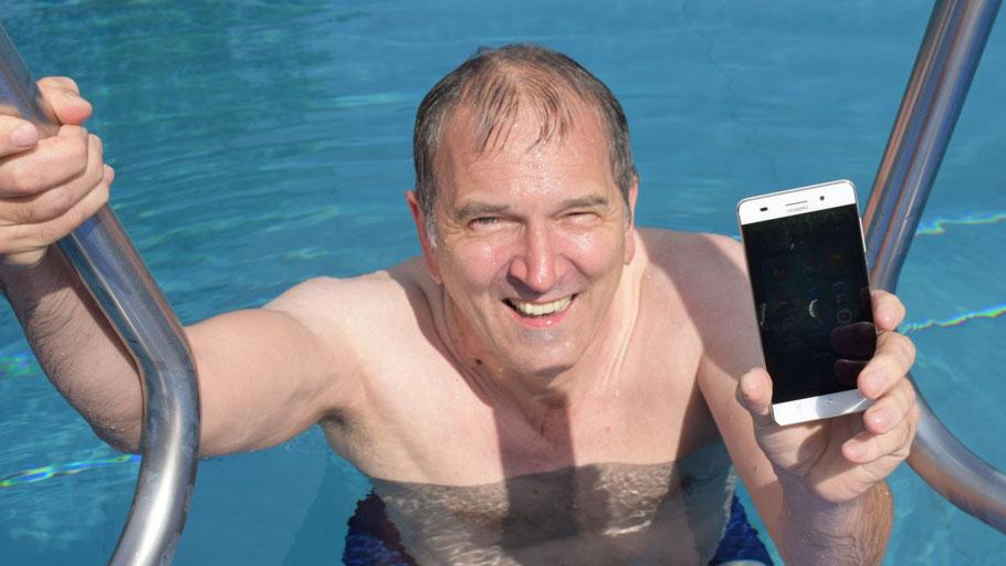 Zur Eröffnung hatte Uwe Scharpenberg selbst das Freibad getestet und auf das WLAN-Netz hingewiesen.