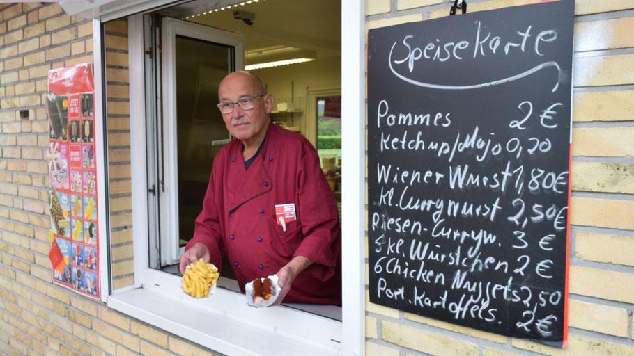 Imbiss-Wirt Manfred Wilhelm bedient gern auch Gäste außerhalb des Freibades.