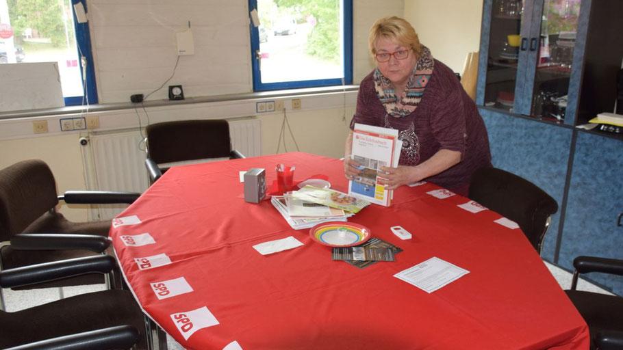 Mit zünftiger SPD-Tischdecke: Die SPD-Fraktionsvorsitzende Astrid Huemke freut sich auf Besucher in der SPD-Geschäftsstelle.