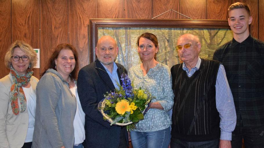 Der neue Vorsitzende Thomas Beckmann dankte Friederike Rübhausen mit Blumen für ihren Einsatz, Ines Glatthor (2.vl.l.) und Horst Stahl ergänzen den Vorstand, neben Rübhausen sind Bettina Bennies und Michael Maier als Beisitzer vertreten.