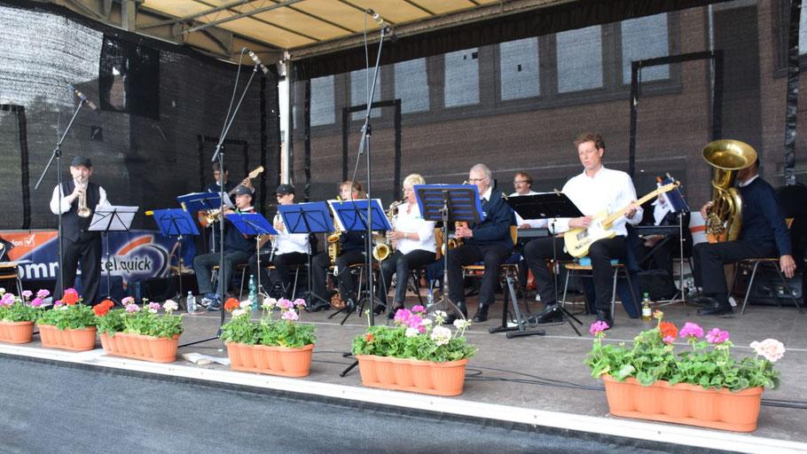 """Das neu formierte """"QuSwing Ensemble"""" ließ den Familientag mit bekannten Klassikern musikalisch ausklingen."""