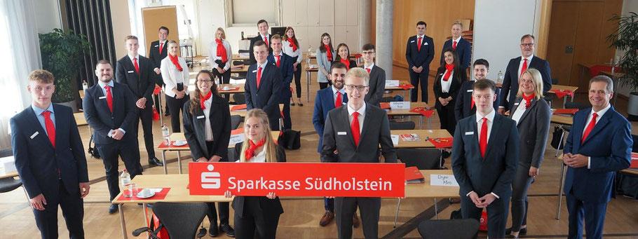 """Vorstandsmitglied Eduard Schlett (rechts vorne) begrüßte """"seine"""" neuen Auszubildenden an ihrem ersten Tag persönlich. Personalleiter Jörn Magarin (rechts hinten) und Ausbildungsleiterin Benthe Hoeft (rechts Mitte) führten in die erste Ausbildungswoche ein"""