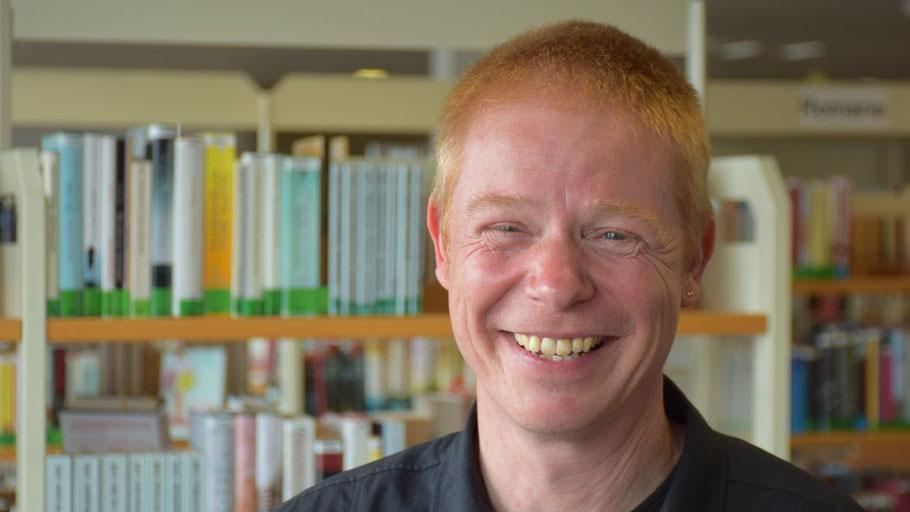 Stadtbücherei-Leiter Klaus Fechner freut sich über das neue Angebot im Bereich e-Learning.