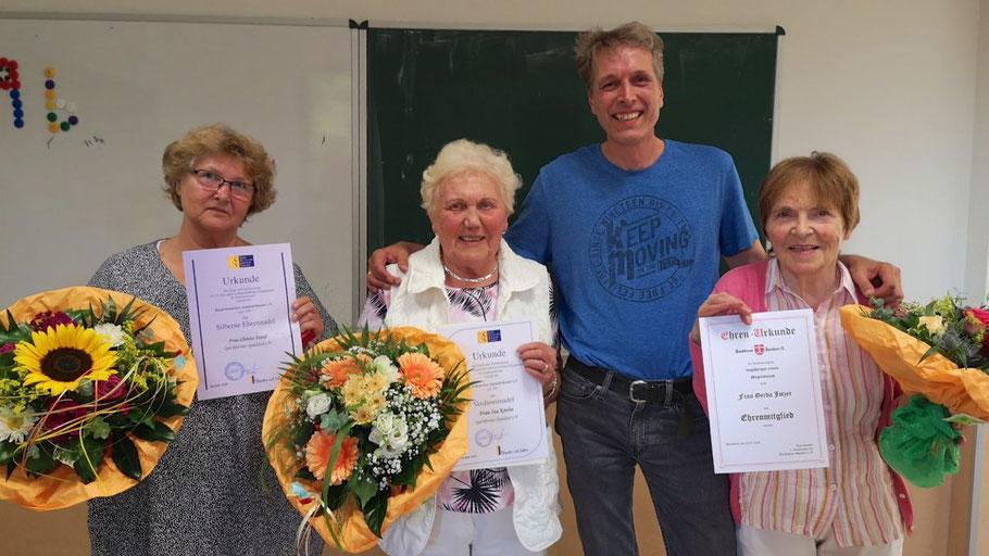 Vorsitzender Jens Rapude gratulierte Christa Fenzl, Ina Krohn und Gerda Jotzer