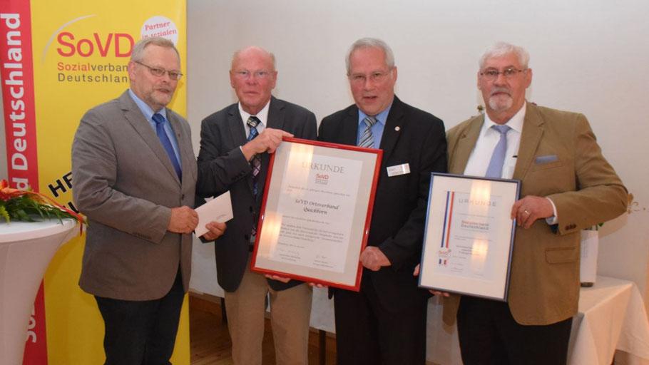 Henning Meyn überbrachte Manfred Pöschl, dem Vorsitzenden des Sozialverbandes Quickborn-Ellerau, einen Umschlag, Reinhard Kühne überreichte ebenso wie Günter Holm eine Ehrenurkunde (v.l.n.r.) .