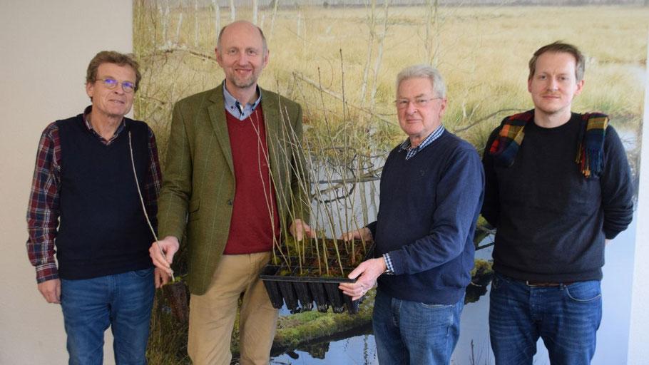 Die Rotarier Jens Bosse und Peter Heydorn (Mitte) stellten die Aktion vor, die auf seiten der Stadt von Christian Groß und Lasse Friedel betreut wird (jeweils von l.)