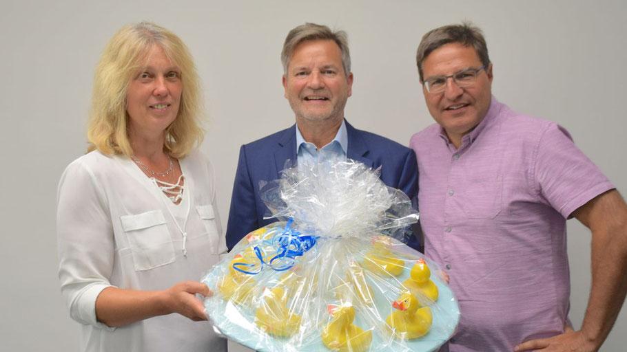 Nicole Münster vom Fachbereich Bildung, Jugend. Kultur überreichte Burkhard Schmütz, Geschäftsführer der LEG, als Dankeschön einige Enten für das Entenrennen, Bürgermeister Köppl freut sich