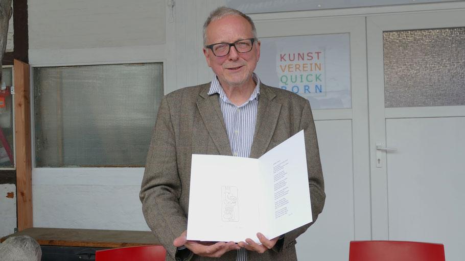 Edwin Zaft präsentiert seine Radierung und sein Gedicht zum Jubiläum des Kunstvereins
