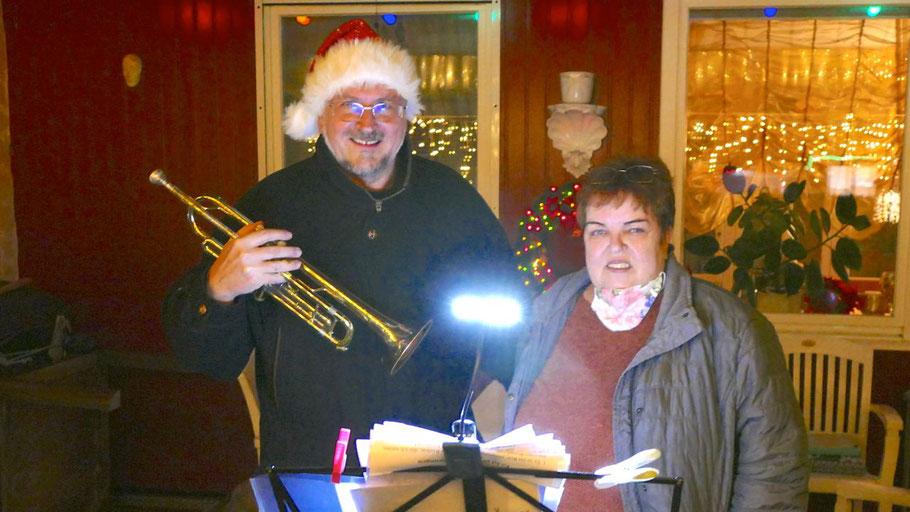 Unterstützt von seiner Frau Waltraut gab Hans-Jürgen Mischer ein Weihnachtskonzert