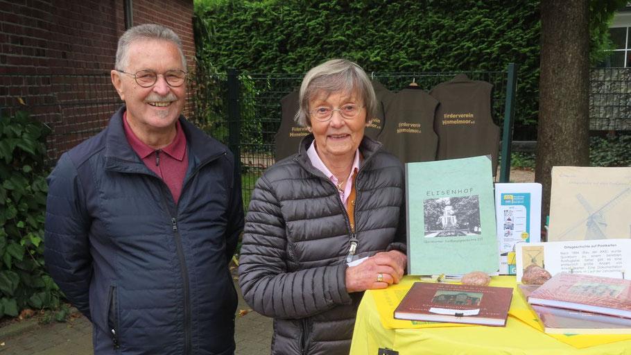 """Warben für das neue Buch der Geschichtswerkstatt """"700 Jahre Quickborn"""": die unermüdlichen Rudolf Timm und Irene Lühdorff"""