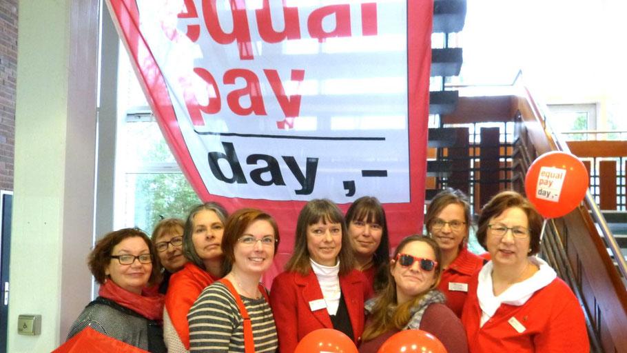 Gemeinsam mit den anderen Gleichstellungsbeauftragten aus dem Kreis will Hannah Gleisner (4.v.l.) auf den Equal Pay Day aufmerksam machen