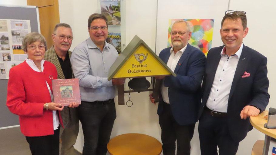 VR-Bank-Vorstand Uwe Augustin übergab die Postglocke an Bürgervorsteher Henning Meyn und Bürgermeister Thomas Köppl sowie die GWS-Vertreter Rudolf Timm und Irene Lühdorff (v.r.)