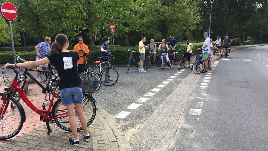 In der Heidkampstraße entdeckte die Gruppe alte Markierungen, die nach der aktuellen Straßenverkehrsordnung nicht mehr notwendig sind, da die Radfehrer in Tempo 30-Zonen die Fahrbahn benutzen müssen