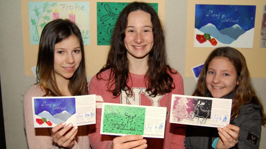 Voller Stolz präsentierten Helen Strickert, Annika Sieling und Letizia Garbuzinski (v.l.) die gedruckten Weihnachtskarten mit ihren Motiven.