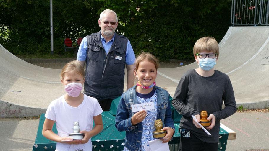 Bürgervorsteher Henning Meyn überreichte die Preise an die Gewinner in der Altersgruppe 8 bis 14 Jahre: Janika Kratzin (1. Platz, Mitte),  Lia Steinert (2. Platz, links) und Joris Bervernitz.