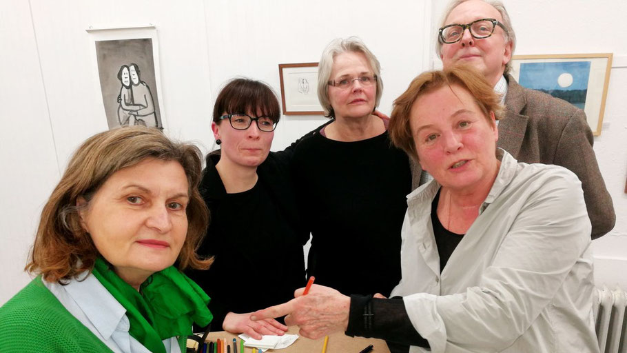 Die Kunstvereins-Vorstandsmitglieder Anette Fahrenkrug, Romy Röhlke, Ute Höller und Edwin Zaft freuten sich, dass Jutta Bauer auch viele ihrer Bücher signierte.