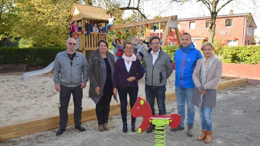 Freuten sich über das neue Klettergerüst: Holger Suhr (Stadt), Anje Schott (Stellvertretende Leiterin des Kinderhauses), Susanne Gloe (Leiterin des Kinderhauses), Bürgermeister Thomas Köppl, Daniel Philips (Grünkonzept) und Sabine Dreger (Elternbeirat)