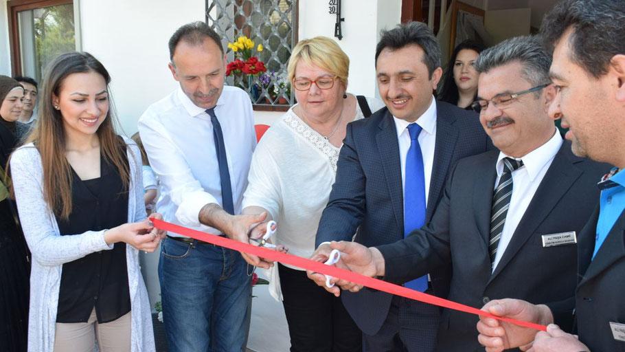 Die SPD-Fraktionsvorsitzende Astrid Huemke weihte als Vertreterin des Bürgermeisters gemeinsam mit Attaché Atese Cahit Kucukyildiz und dem Gemeinde-Vorsitzenden Ali Yildiz die neue Moschee ein.