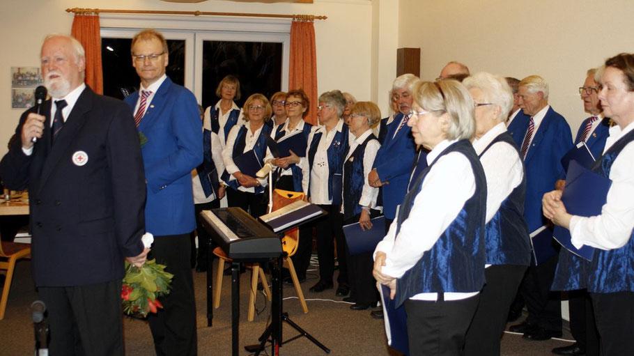 Der Gemischte Chor Bönningstedt/Hasloh unterhielt die Gäste mit bekannten Weihnachtsliedern