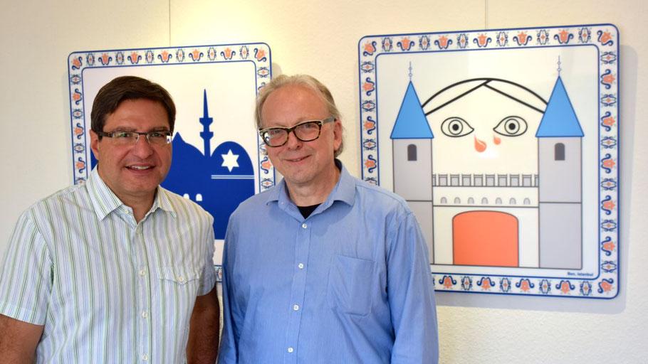 Bürgermeister Köppl freut sich über die neue Ausstellung in seinem Arbeitszimmer, die von Edwin Zaft (r.) organisiert wurde.