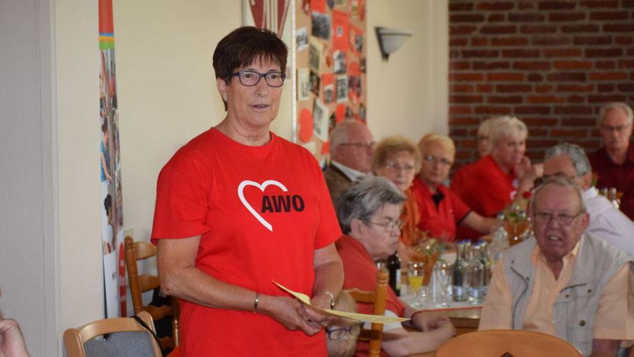 Die Vorsitzende Elke Schreiber lädt zur Rosenmontags-Feier ein.