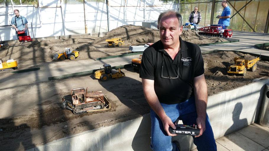 """Michael Wendscher, 1. Vorsitzender des RC Glashaus, freut sich über die neue Anlage """"Tagebau"""""""