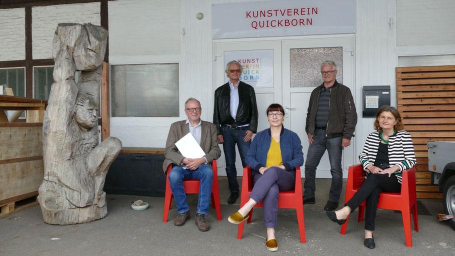 Auf Design-Klassikern vor dem neu gestalteten Eingang: Edwin Zaft, Heinz Wiedemann (Pressesprecher), Romy Rölicke, Hans-Werner Seyboth und  Anette Fahrenkrug.