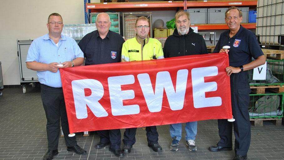 Trafen  sich bei der Übergabe: Jörg Kühne (REWE), der stellvertretende Wehrführer Daniel Dähn, Organisator Björn Fehrs, Horst Mahnke und Wehrführer Wido Schön (v.l.)