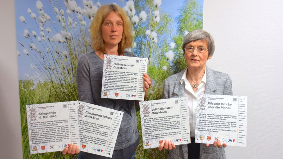 Stadt-Mitarbeiterin Nicole Münster und Irene Lühdorff, Leiterin der Geschichtswerkstatt, präsentieren die fünf Informationstafeln, die