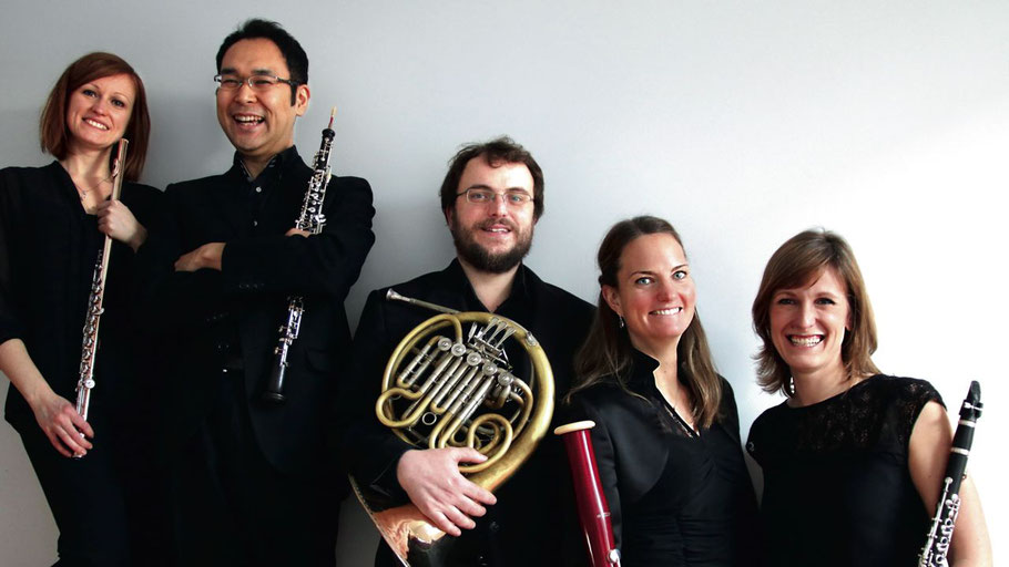 Serena Aimo (Flöte) , Hideki Machida (Oboe),  Cornelia Göbel (Klarinette),  Angela Symalla (Fagott) und  Michael Gredler (Horn) bilden das Münchner Holzbläserquintett