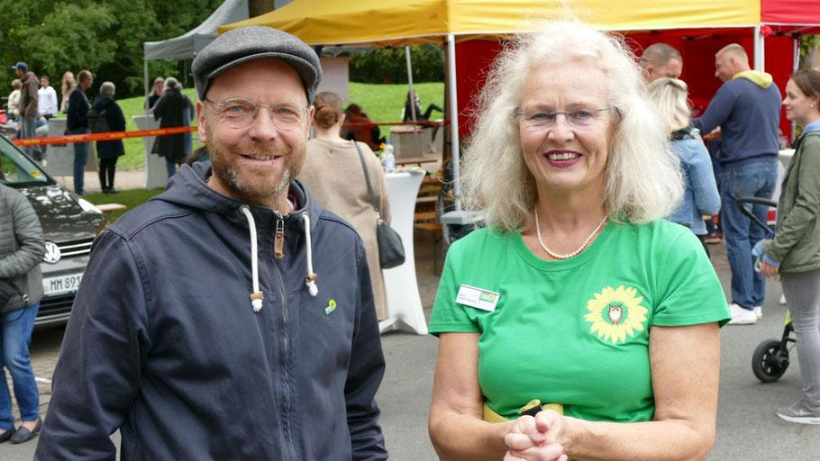 Bei einem Rundgang über den Markt wurde der Grünen-Bundestagskandidat Jens Herrndorff von der Quickborner Ratsfrau Sabine Schaefer-Maniezki begleitet