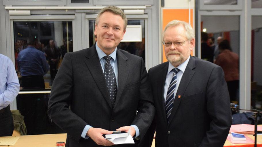 Aus der Hand von Bürgervorsteher Henning Meyn nahm Heesen die Grundausstattung für sein neues Amt entgegen