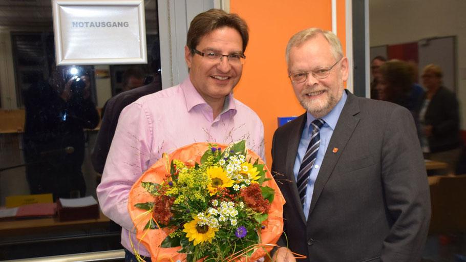 Blumen für den Verwaltungschef: Bürgermeister Thomas Köppl und Bürgervorsteher Henning Meyn.