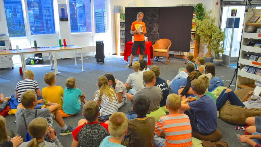 Begeistert lauschten die Kinder der unterhaltsamen Lesung des Schauspielers Rainer Rudloff