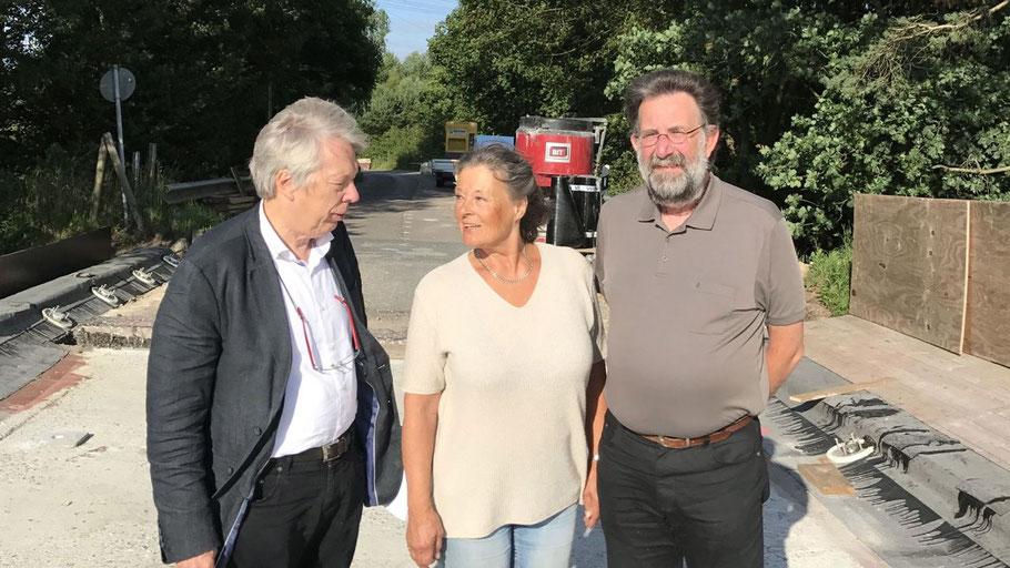 Sie wollen wissen, warum an der Brücke nicht  gearbeitet wird: SPD-MdB Ernst Dieter Rossmann,  Bürgerin Margret Stüpfert und Quickborns SPD-Vorsitzender Jens-Olaf Nuckel.