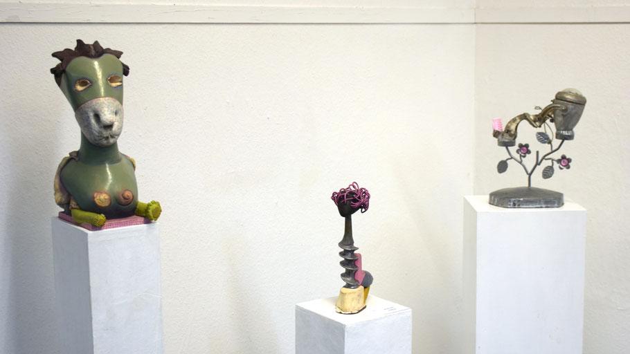 Die Ausstellung zeigt Arbeiten von Monika Hahn, die mit neu zusammengefügten Fundstücken den Betrachter verblüffen und zum Schmunzeln bringen.