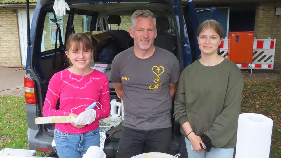 Etwas zu essen gab es auch am Stand der Jugendarbeit der Ev.-Luth. Kirchengemeinde Quickborn-Hasloh: Der Leiter Philipp Wirtz wurde unterstützt von Mira Valerius und Florentine Wirtz.