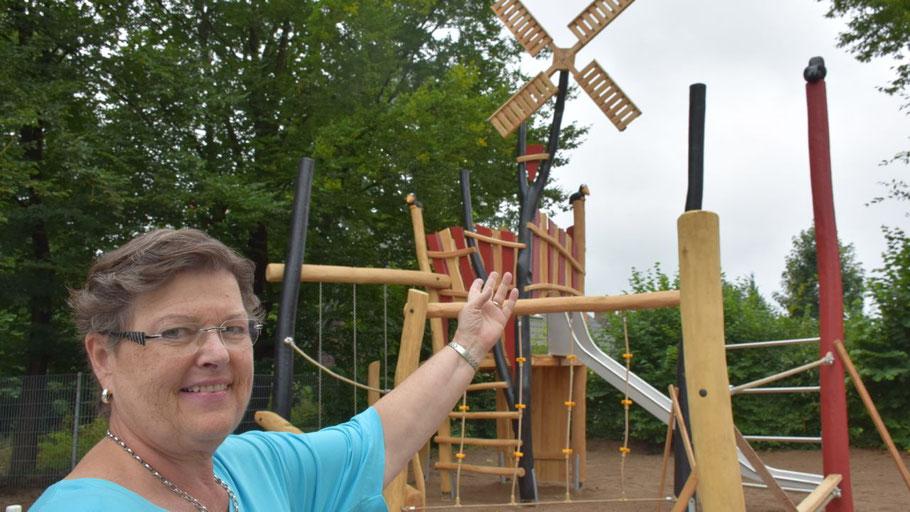Rektorin Uta Schmidt-Lewerkühne freut sich über das neue Spielgerät.