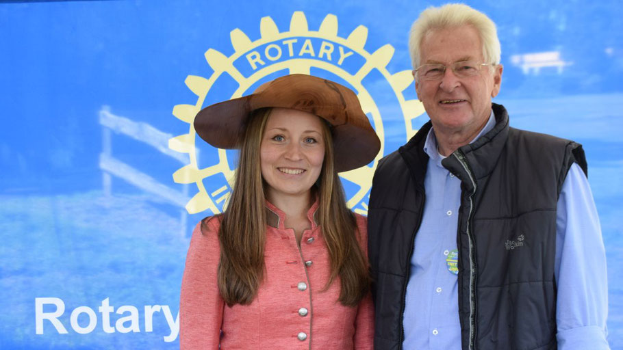 Rotary-Chef Peter Heydorn freute sich über den Besuch der Baumkönigin Caroline Hensel in Quickborn (Foto: Kuchel)