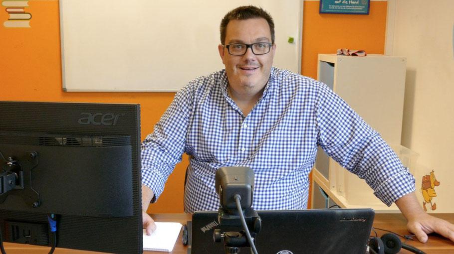 Marvin de Vries präsentiert den neu eingerichteten Arbeitsplatz speziell für den digitalen Unterricht