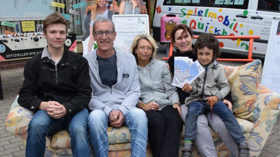 Daniel Rehder, Torsten Rosek, Kathrin Trappberger, Nathalie und Navid Schulz warben für die Offene Jugendarbeit in Quickborn.