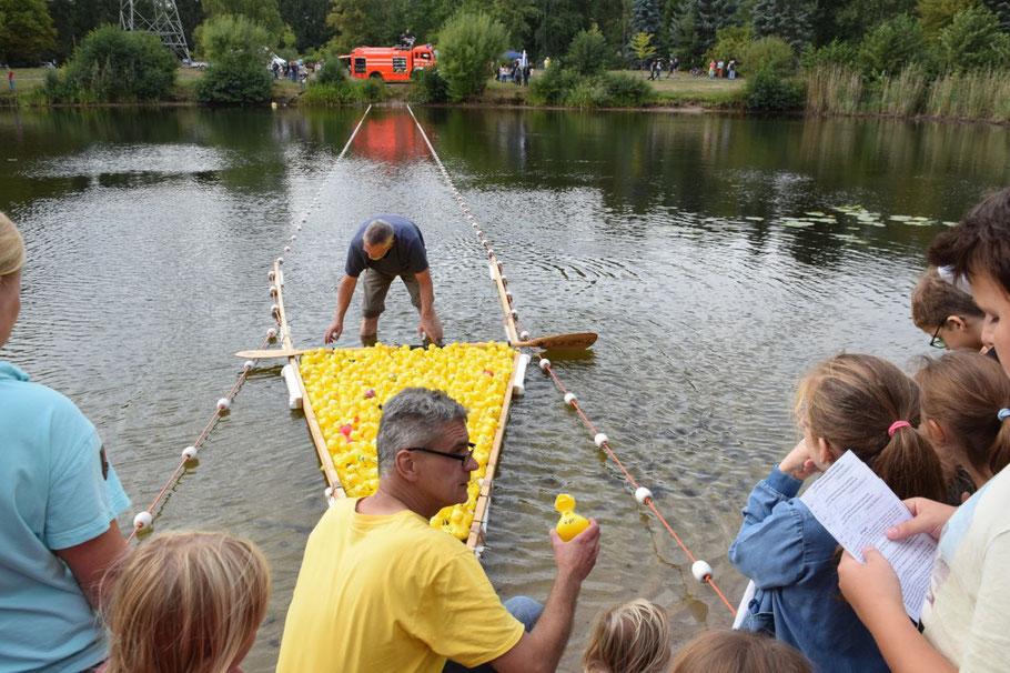 Ganz so wie hier beim Entenrennen am Freizeitsee wird es am Sonntag nicht aussehen, aber Spaß wird es trotzdem geben.
