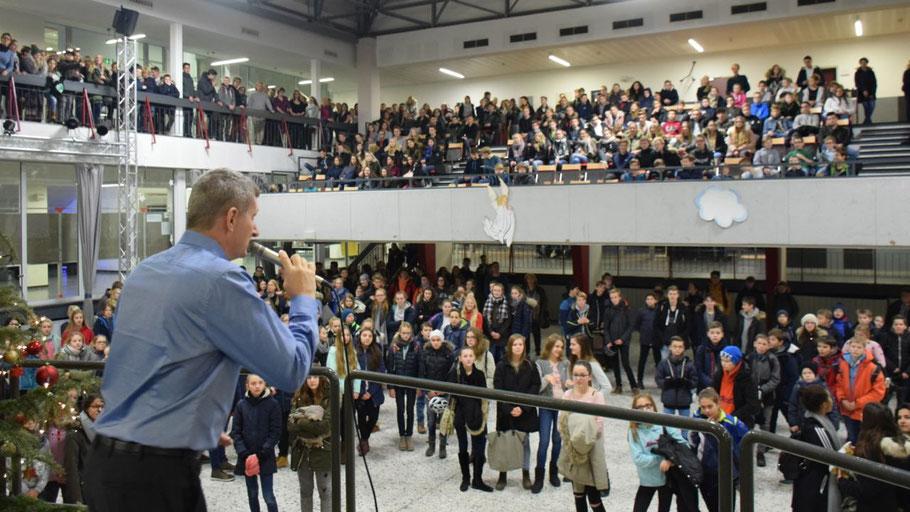 Schulleiter Dr. Manfred Brandt eröffnete mit einer motivierenden Rede die Umzugsaktion