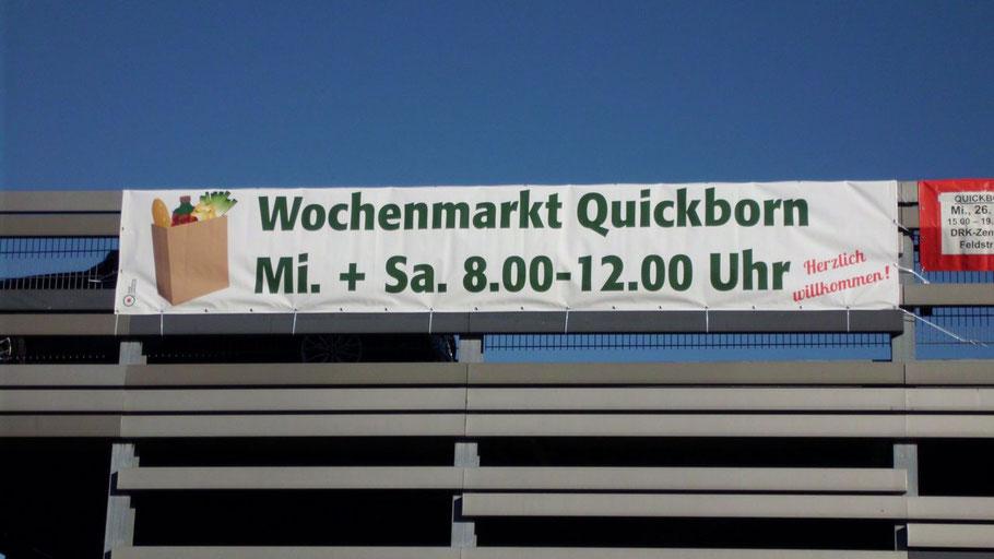 Weithin sichtbar: das neue Werbebanner für den Wochenmarkt (Foto: Hansen)