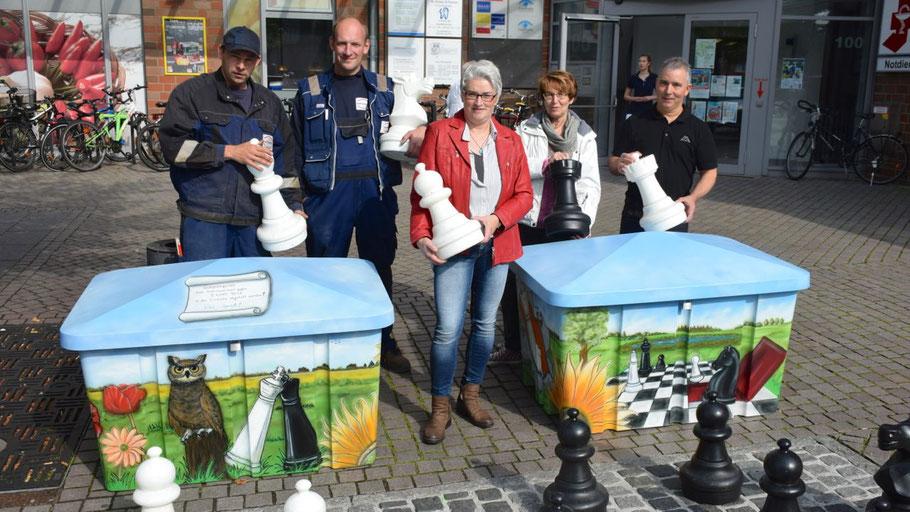 Christian Glißmann, Steve-Norman Lorenz (Bauhof), die Künstlerin Beate Langhans, Stadtjugendpflegerin Birgit Hesse und Luis Benedetti (La Venezia) (v.l.) präsentierten die neuen farbigen Spielfiguren-Kisten