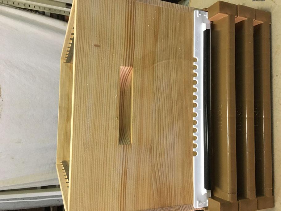 Plancher (fond de ruche) Nicot en plastique  adapté - Réduit - Racourci pour ruche Alsacienne couchée
