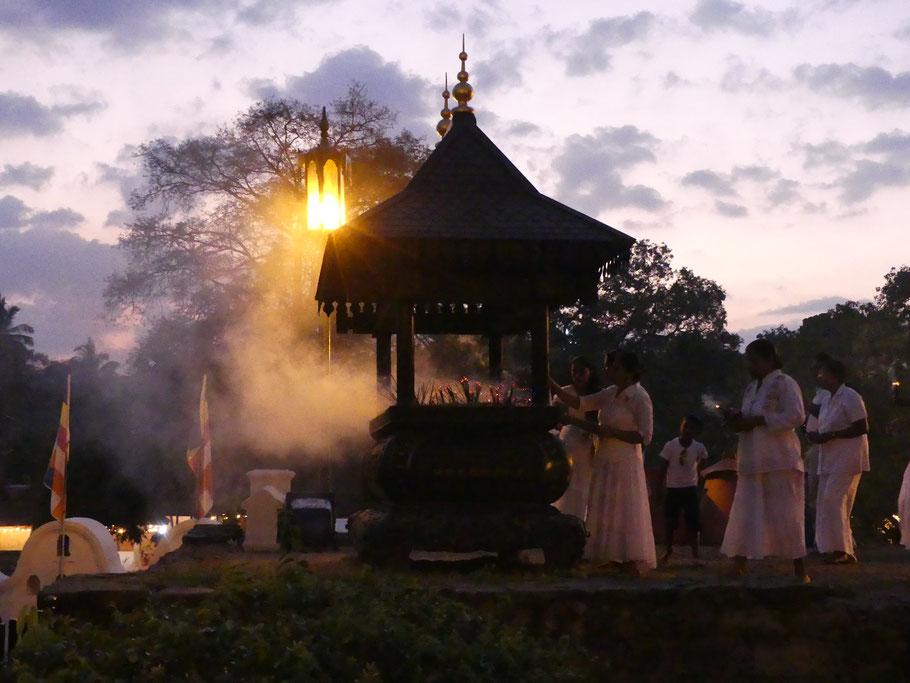 Temple de la dent de Bouddha, les fidèles brûlent l'encens